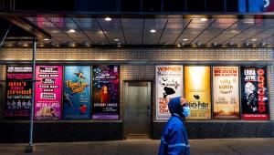 Pôsteres dos musicais da Broadway, em Nova York, que estão suspensos desde o início da pandemia da Covid-19