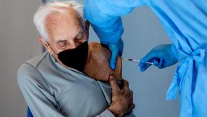 1ª dose da vacina contra Covid-19 reduz internação de idosos em 80%, diz estudo
