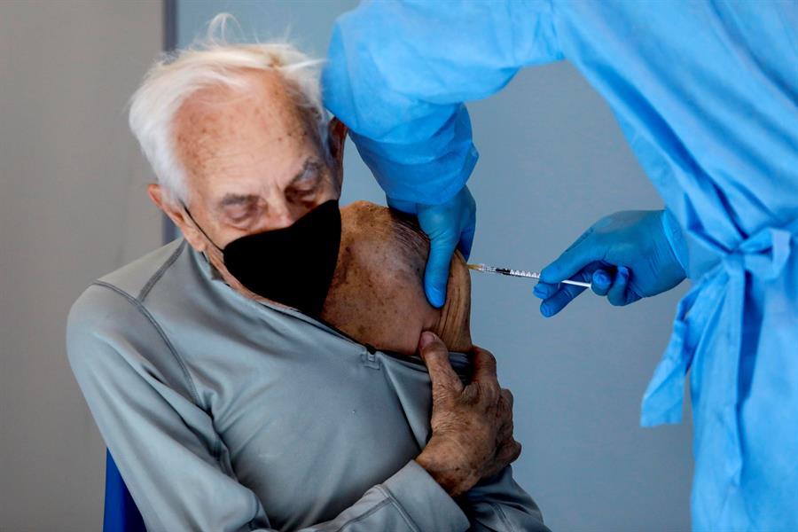 Senhor com mais de 80 anos de idade recebe vacina contra a Covid-19