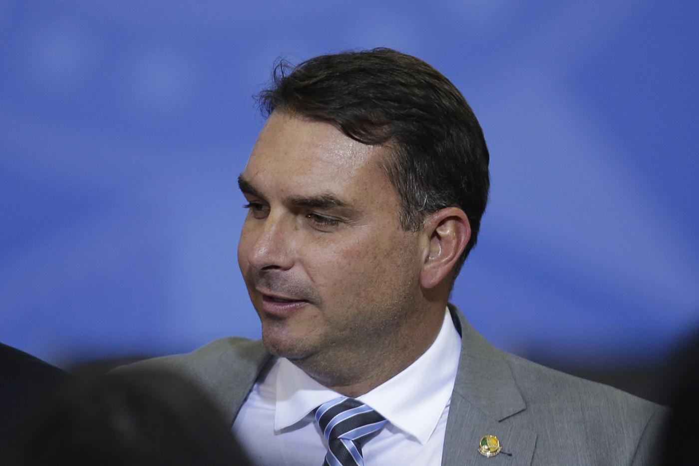 O senador Flávio Bolsonaro olhando para o lado