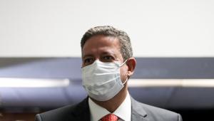 O deputado Arthur Lira usando máscara