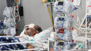 Homem respirando por aparelhos em leito de UTI, em Santo André, São Paulo
