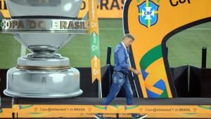 Renato Gaúcho recebe a medalha de vice-campeão da Copa do Brasil