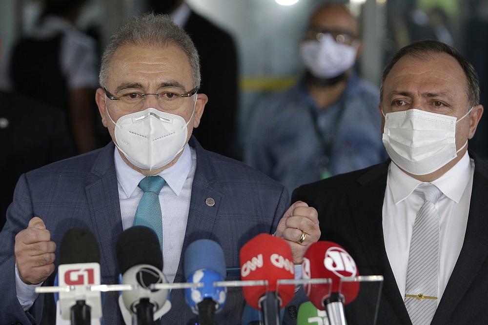 Marcelo Queiroga, novo ministro da Saúde, dá entrevista ao lado de Eduardo Pazuello