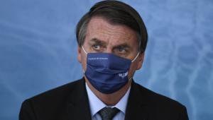 O presidente Jair Bolsonaro de máscara durante posse do novo ministro da saúde