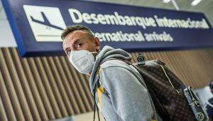 O lateral-direita Rafael chegando ao aeroporto Internacional do Galeão