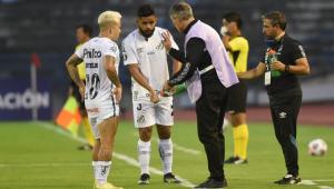 Ariel Holan orienta jogadores do Santos durante partida contra o Deportivo Lara