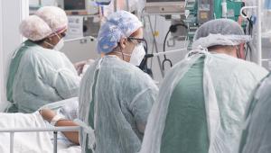 Movimentação de profissionais da saúde na Unidade de Terapia Intensiva (UTI) do Hospital de Campanha Ame Barradas, montado em Heliópolis
