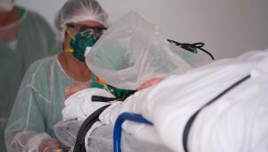 Enfermaria puxando leito com paciente