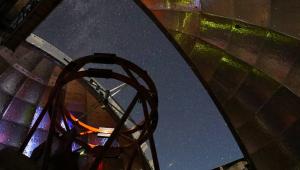 Visão do céu estrelado de dentro de um dos observatórios da Nasa