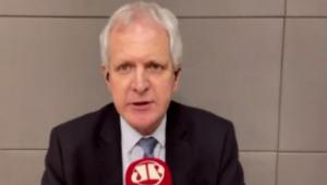 Comentarista do programa Os Pingos nos Is, Augusto Nunes. Homem branco de terno preto e cabelos brancos.