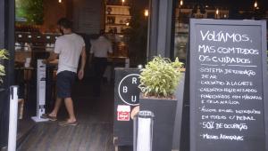 Justiça derruba liminar e mantém fechamento de bares às 17h no Rio