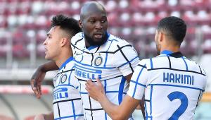 Lautaro, Lukaku e Hakimi celebram o gol do argentino na vitória da Inter sobre o Torino por 2 a 1