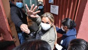 ex-presidente interina da Bolívia, Jeanine Añez, sendo presa