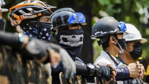 Os capacetes têm sido cada vez mais utilizados pelos manifestantes para se proteger contra a repressão do Exército do Myanmar