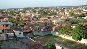 Vista com diversas casas em bairro periférico de Belém, no Pará