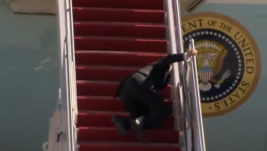 Joe Biden tropeça e cai ao subir em avião presidencial