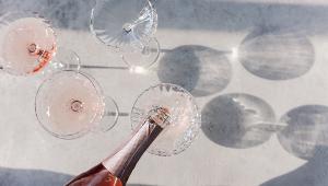 Vinho branco servido em taças