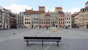 Praça vazia em Varsóvia, Polônia