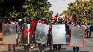 Exército dispara contra manifestantes em novo dia de protestos em Myanmar