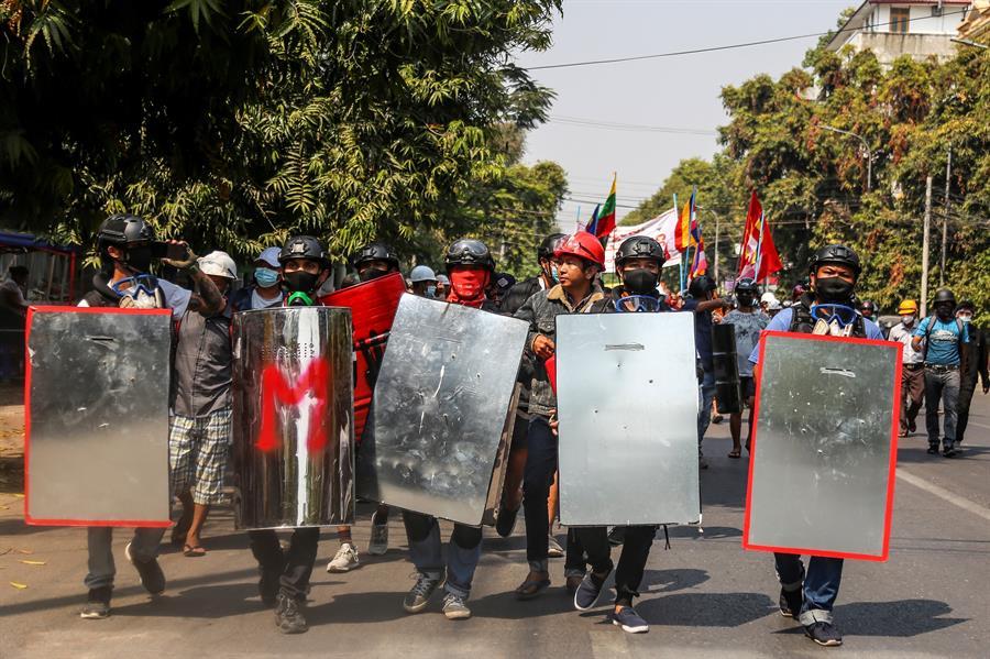 exército de myanmar durante protestos