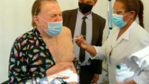 Silvio Santos de pijamas recebendo a segunda dose da vacina contra Covid-19