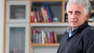 O psicanalista e escritor Contardo Calligaris em sua biblioteca