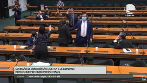 deputados de terno e gravata apontando dedos um contra o outro