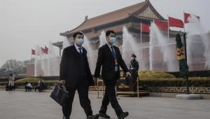 Cidadãos da China caminham com máscaras de proteção contra a Covid-19