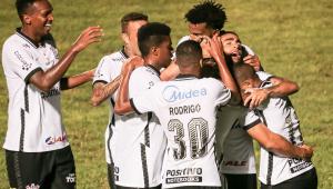 Jogadores do Corinthians comemorando gol contra o São Caetano