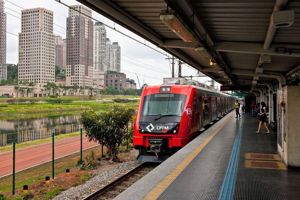 Trem chega à estação da Linha 9-Esmeralda