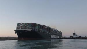 Navio preso nas bordas do Canal de Suez, no Egito