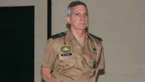 General da reserva posa para foto