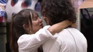 'BBB 21': Fiuk e Thaís são pressionados pelos brothers e se beijam novamente
