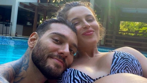 Lucas Lucco e Lorena Carvalho na piscina