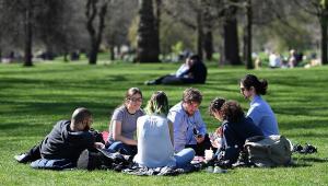 Pessoas aproveitam o clima primaveril em Londres após o fim do lockdown