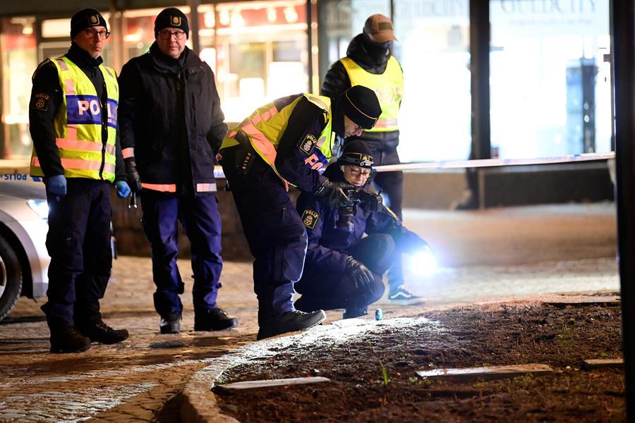 Policiais da Suécia investigam local que foi alvo de um ataque terrorista na pequena cidade de Vetlanda no dia 3 de março de 2021