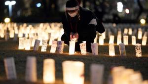 Japoneses acendem lanternas de papel em homenagem às vítimas do terremoto, tsunami e acidente nuclear de 10 de março de 2011