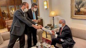 Eduardo Bolsonaro e ministro Ernesto Araujo entregando papel ao primeiro ministro de Israel