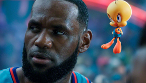 cena do filme Space Jam 2, com LeBron James