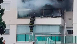 Bombeio na janela de um apartamento com fumaça