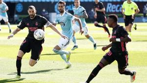 Jogador Benzema do Real Madrid indo em direção à bola em jogo contra o Celta de Vigo