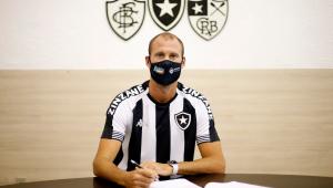 Joel Carli assina contrato do seu retorno ao Botafogo