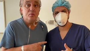 Branco posa com enfermeiro em hospital após sair da UTI