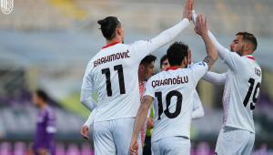 Jogadores do Milan comemorando gol em campo