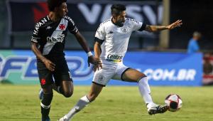 Jogadores do Botafogo e Vasco disputam jogo