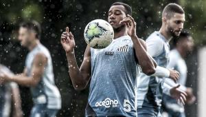 Jogador Copete do Santos com a bola no peito