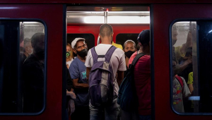 Passageiros embarcam no metrô de Caracas, na Venezuela, que voltou a ser pago nesta segunda-feira, 1 de março