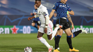 Vinícius Junior sofreu pênalti de Rafael Tolói em Real Madrid x Atalanta
