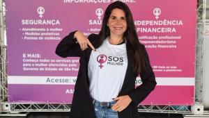 Fabi Saad aponta para o SOS Mulher em sua camiseta